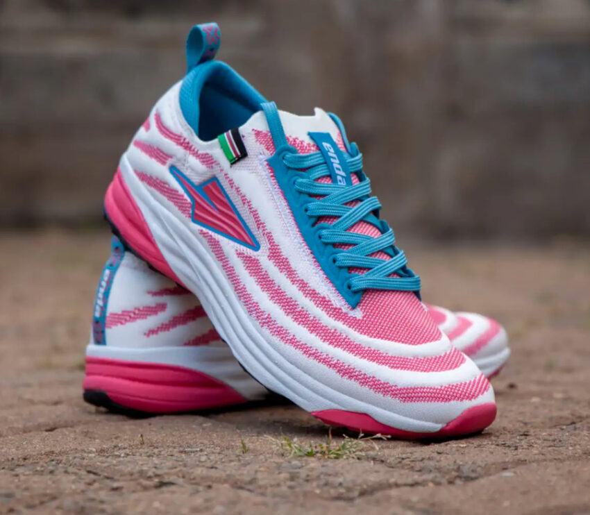 scarpe da running made in kenya enda lapatet da uomo bianche e rosa