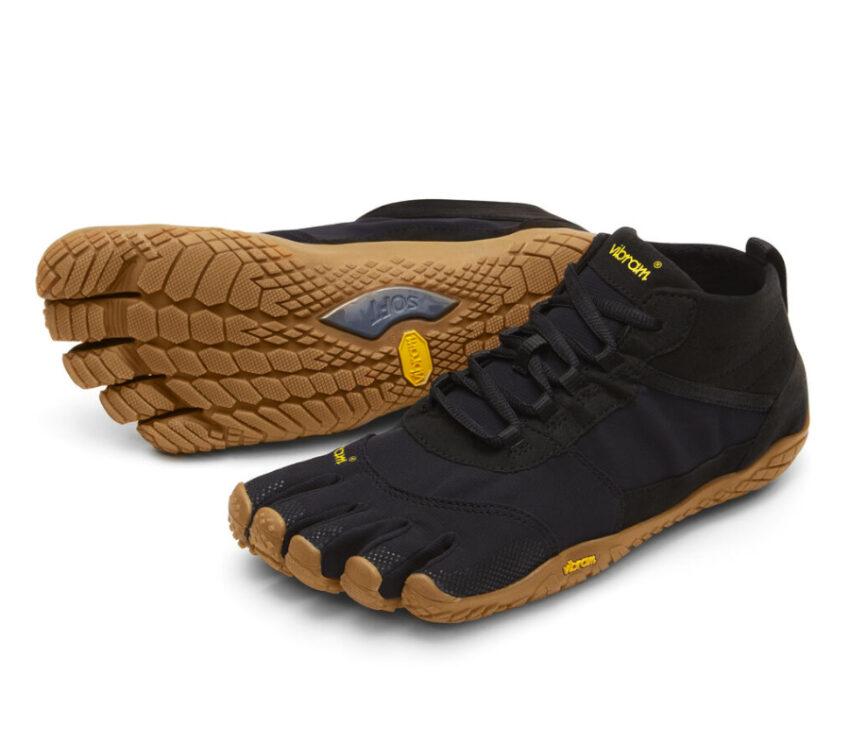 coppia di scarpe barefoot da uomo vibram v-trek nere