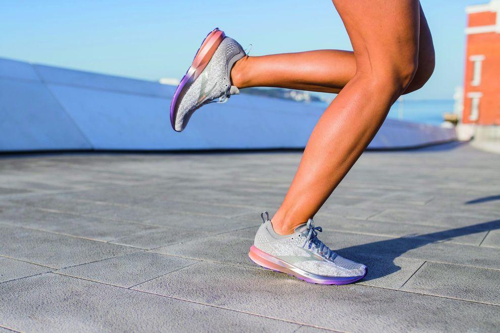gambe della runner con Brooks Levitate 3