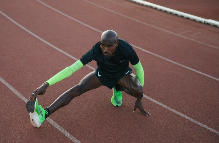 runner fa stretching con le Nike ZoomX Vaporfly Next%