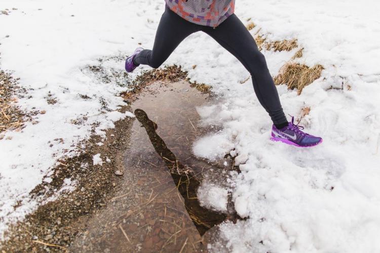 runner corre sulla neve con nike