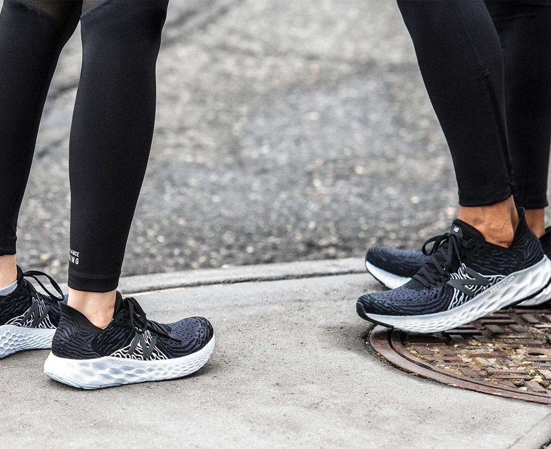 foto con gambe di 2 runner con scarpe da corsa new balance modello Fresh Foam 1080v10