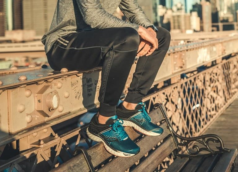 runner seduto con saucony blu e nere