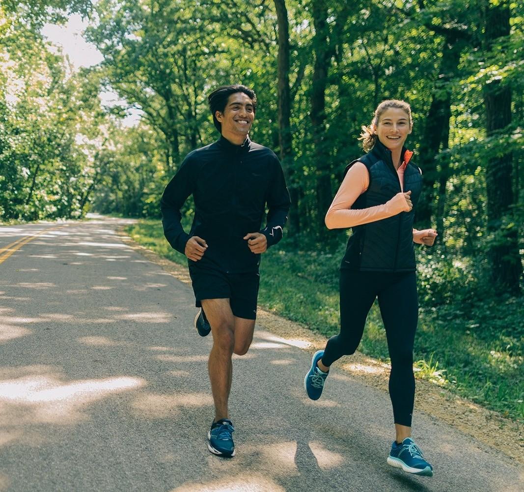 runner corrono su strada con saucony triumph 17 e abbigliamento tecnico