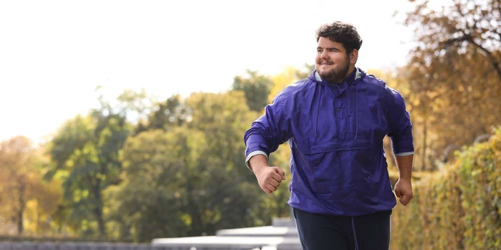 atleta sovrappeso che corre