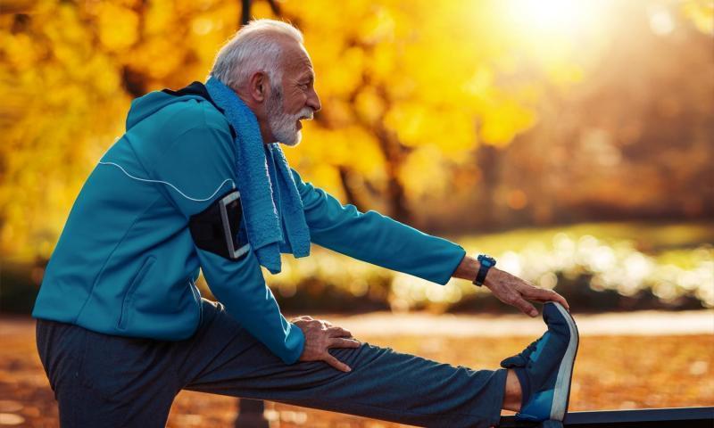 Persona di 60 anni che fa stretching