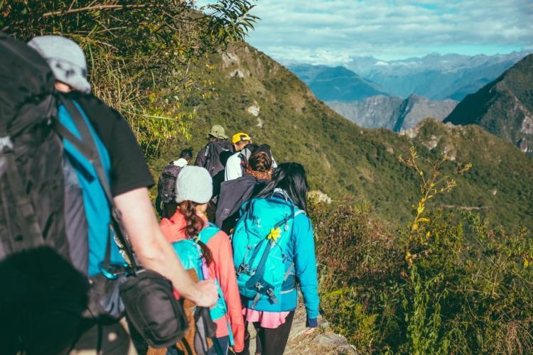 gruppo di persone che fa trekking in montagna