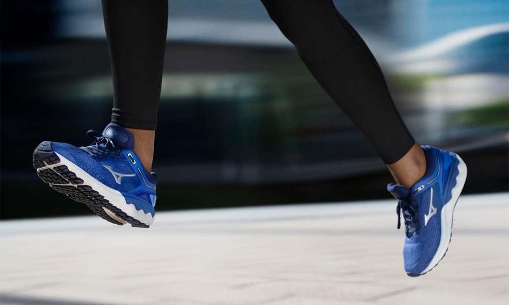 runner con scarpe da corsa blu modello mizuno skyrise