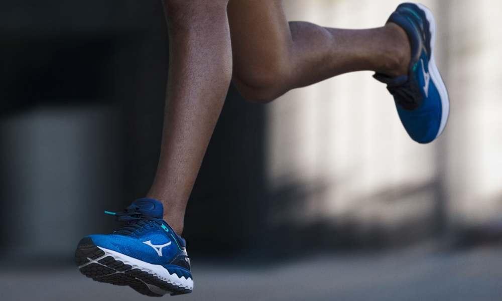 runner con scarpe da corsa mizuno skyrise blu