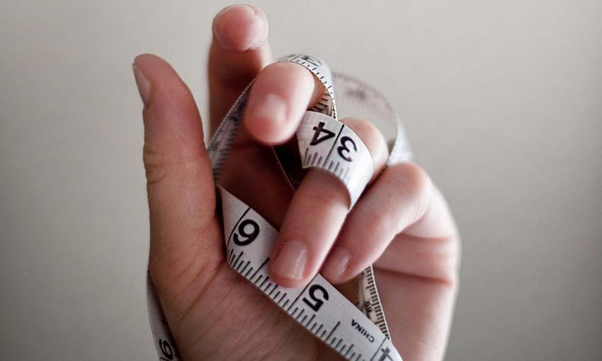 mano con metro per misurare