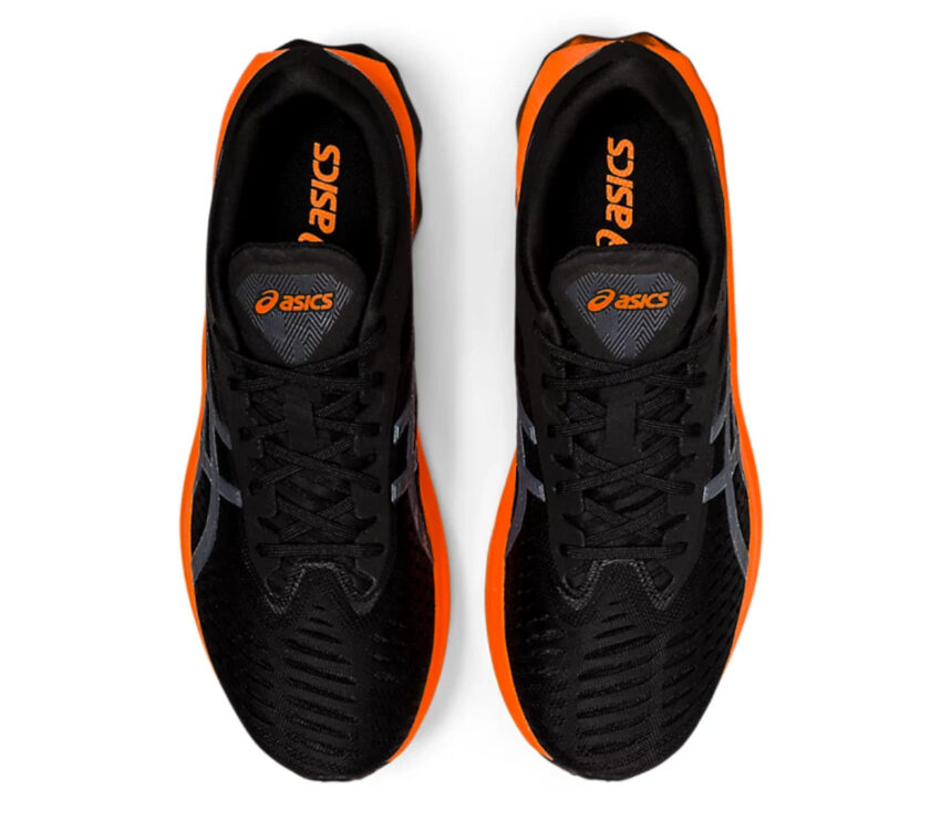scarpe running uomo nere e arancioni viste dall'alto
