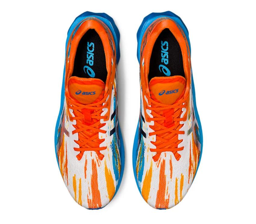 scarpe running uomo colorate asics novablast viste da sopra