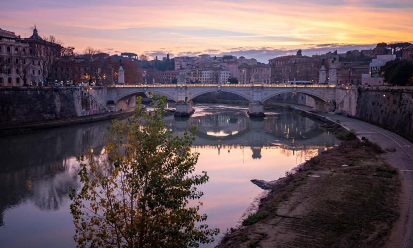 lungotevere roma visto dall'alto all'alba