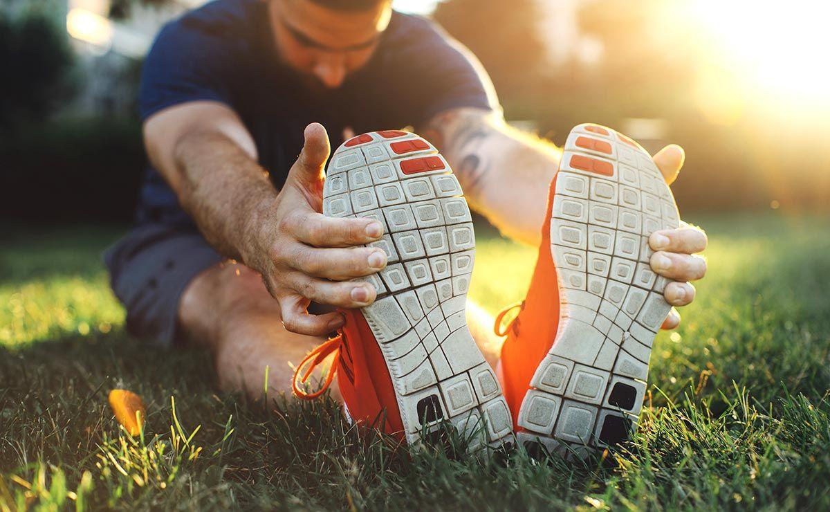 esercizio stretching nel parco
