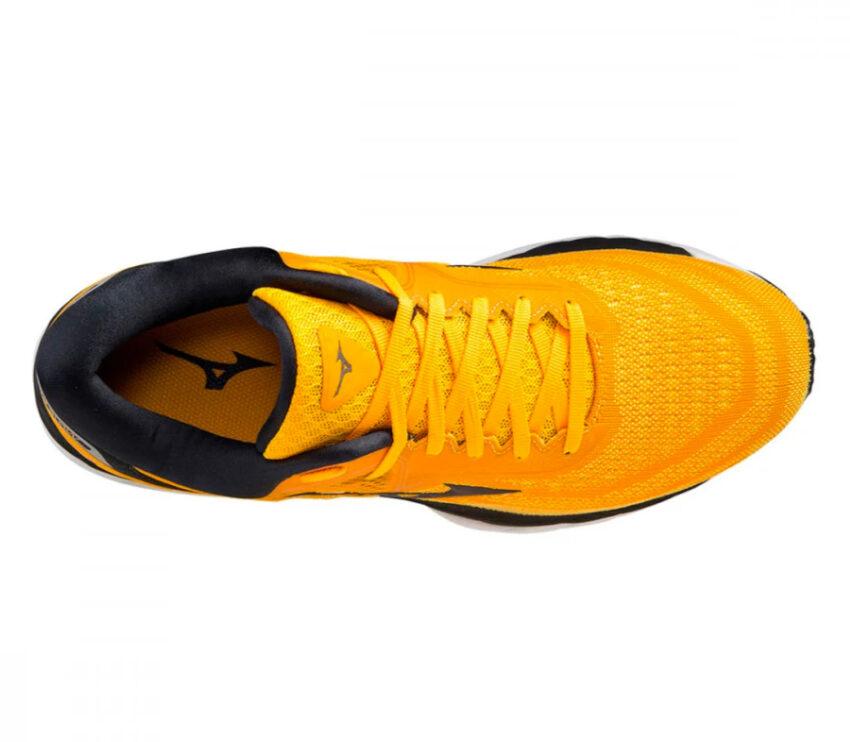 scarpa running uomo mizuno wave sky 4 gialla e nera vista da sopra