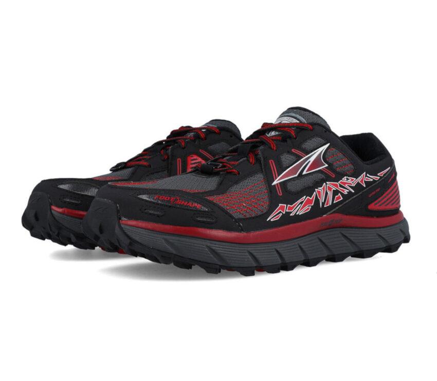 coppia scarpe da trail running per uomo nere e rosse altra lone peak 3.5