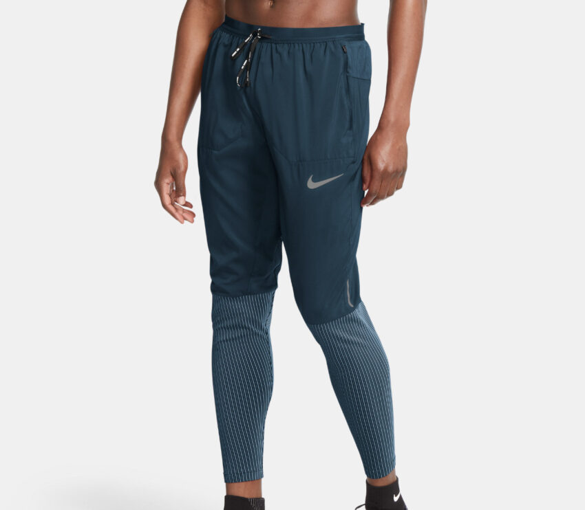 ragazzo con pantalone da running nike blu