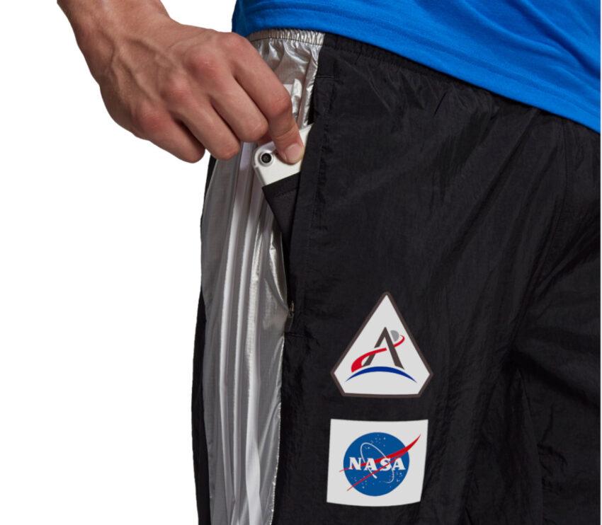 dettaglio pantaloni da allenamento uomo Adidas tr pant NASA neri