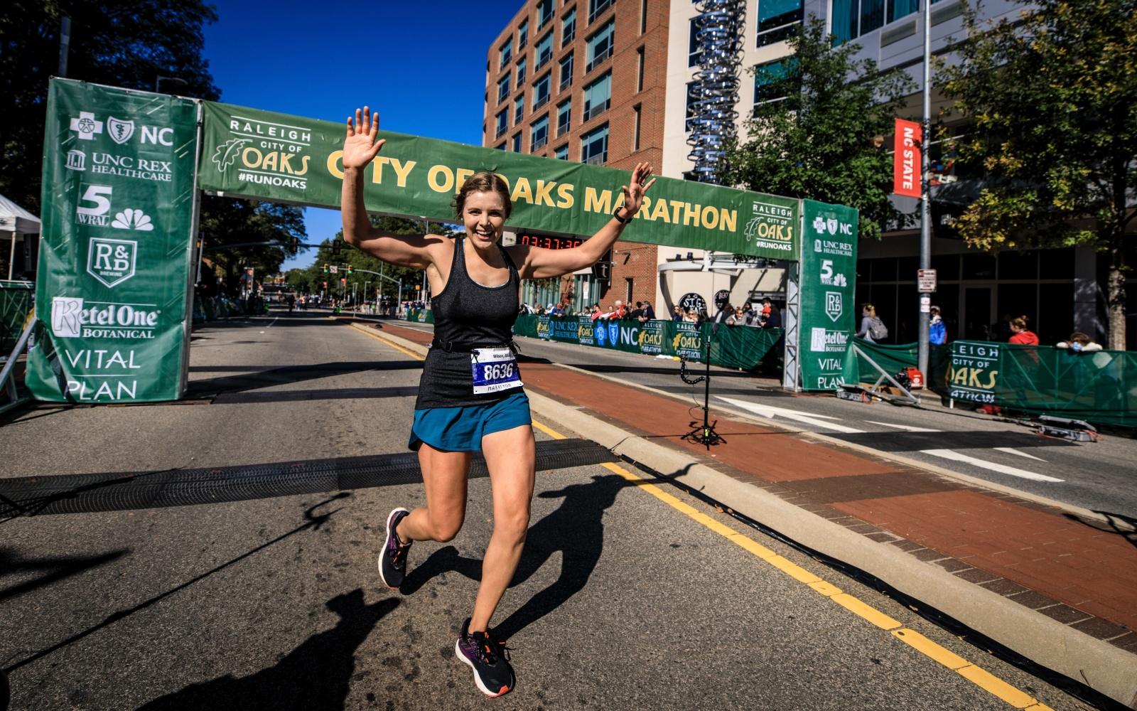 runner esulta all'arrivo della maratona