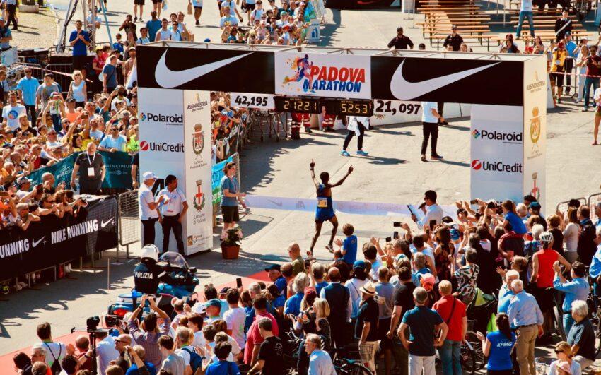 arrivo maratona di padova visto dall'alto con runner che taglia il traguardo