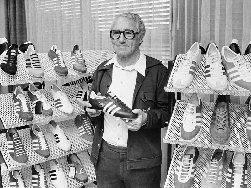 fondatore adidas adolf dassler con adidas in mano