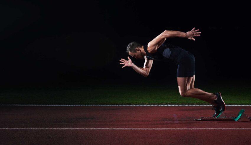 runner corre su pista di atletica