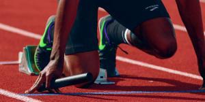 runner in partenza su pista di atletica
