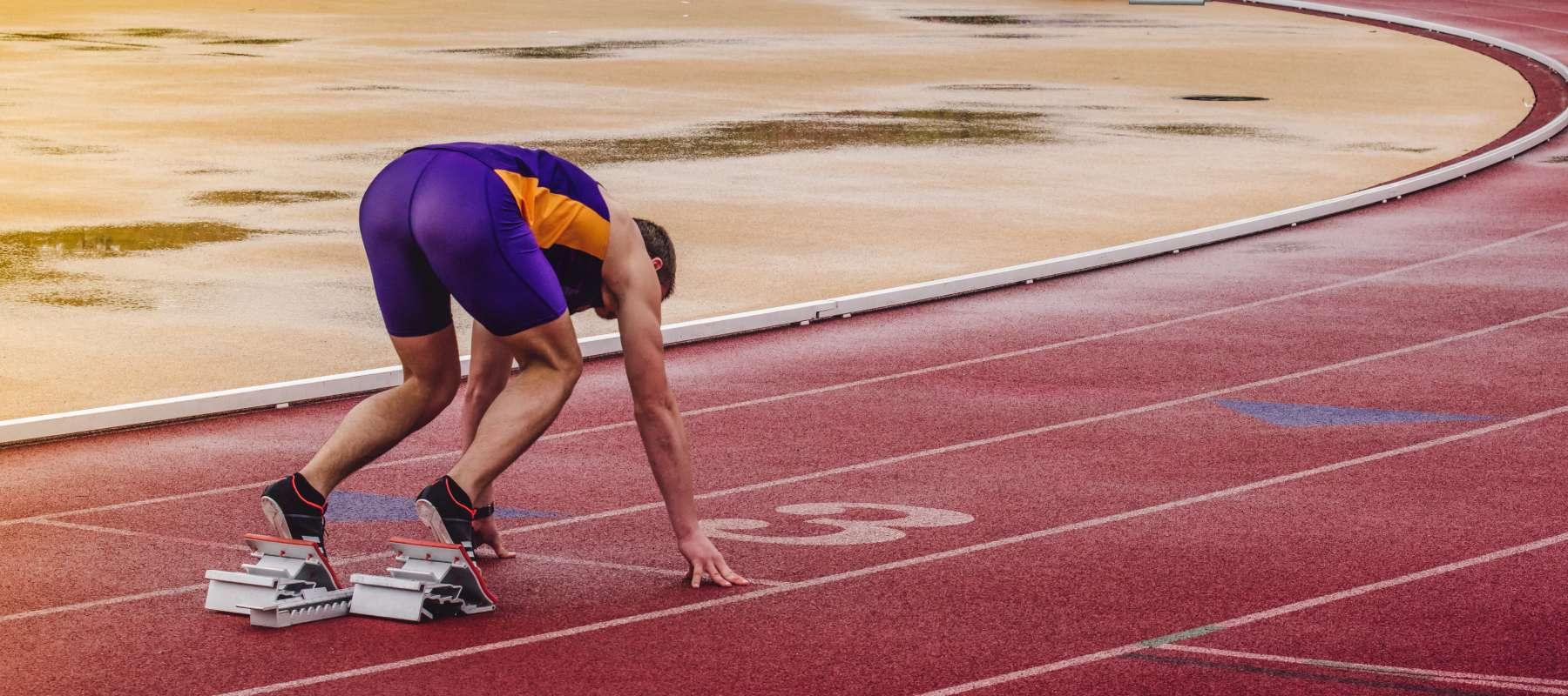 runner in corsia 3 di atletica leggera si prepara a gareggiare