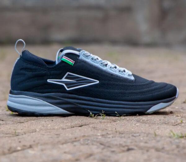 scarpa da running prodotta in kenya enda lapatet nera