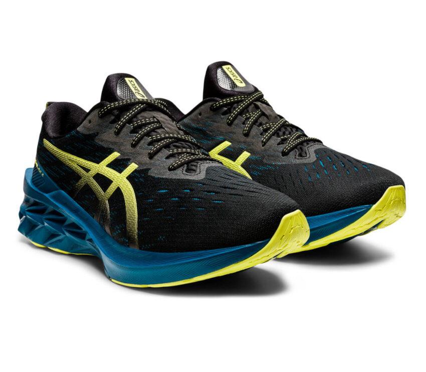 coppia scarpa da running uomo asics novablast nera e blu