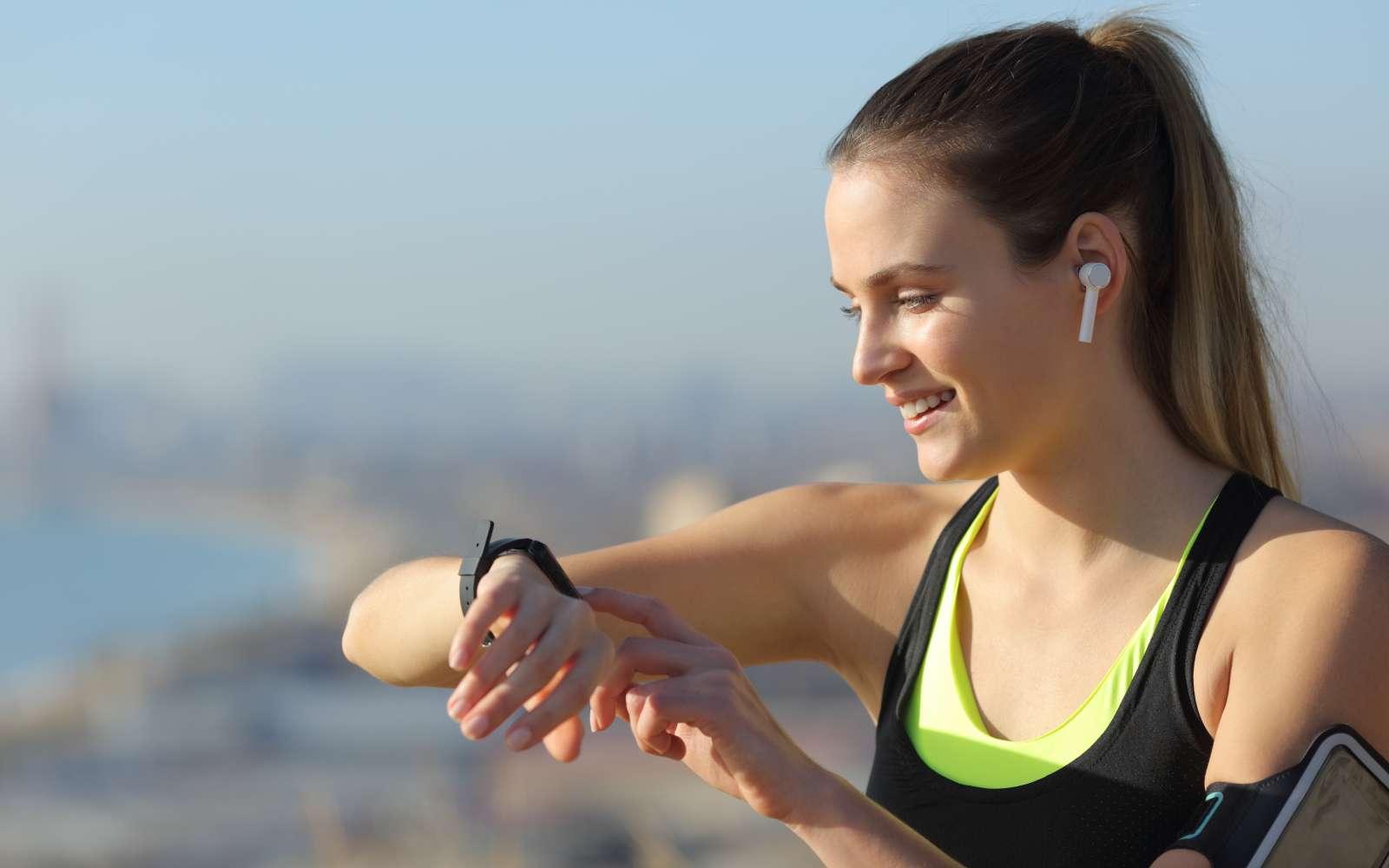 ragazza runner controlla la frequenza cardiaca sull'orologio